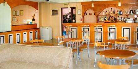 Resepsjonen og baren på hotellet