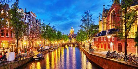 Kanal i Amsterdam om kvelden.