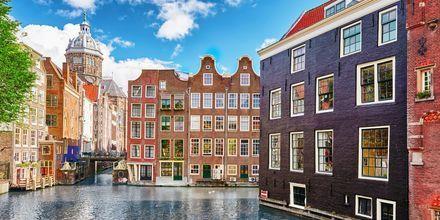 Bolighus langs kanalene i Amsterdam, Nederland.