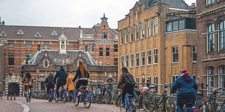 Det enkleste er å sykle for å ta seg raskt frem i Amsterdam, Nederland.