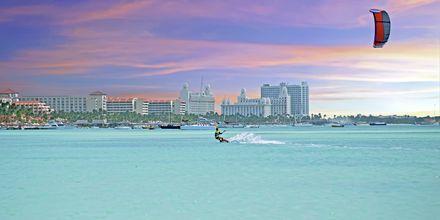 Prøv kite-surfing på Aruba. Du kan i tillegg gå på casino eller shoppe.