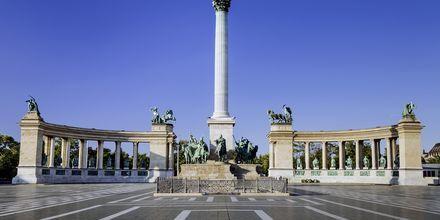 Heltenes torg, eller Hösök tere som det heter på ungarsk, er et kjent torg i Budapest.