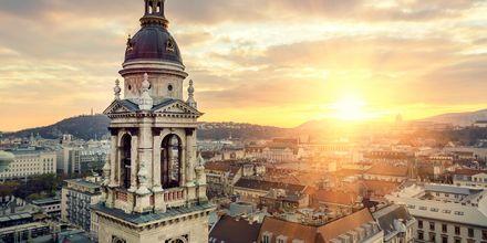 Solnedgang over hustakene i Budapest.