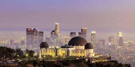 Griffiths observatory med skyskrapere i Los Angeles som bakgrunn.