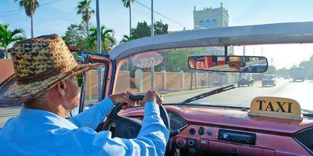 Ta en taxitur i en convertible langs Malecon i Havanna