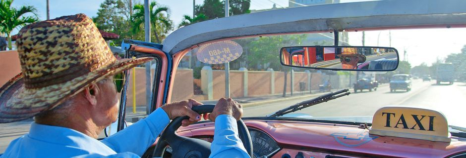 Ta en taxitur i en convertible langs Malecon i Havanna
