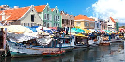En herlig turistattraksjon i Curaçao er det flytende fruktmarkedet.