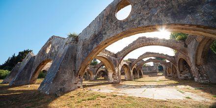Ruinene av et venetiansk skipsverksted fra 1700-tallet i Gouvia.