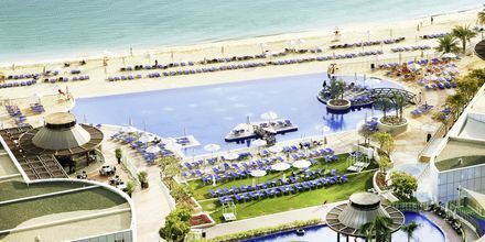 Basseng og strand på hotellet