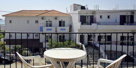Ettromsleilighetene har balkong – Ekaterini Sturidos i Megalia Ammos på Skiathos