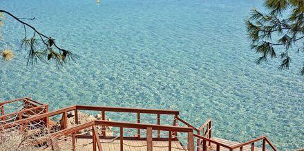 Gangveien til stranden på hotell Grecian Park, Kypros.