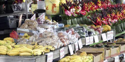 Frukt og blomster til salgs på Big Island.