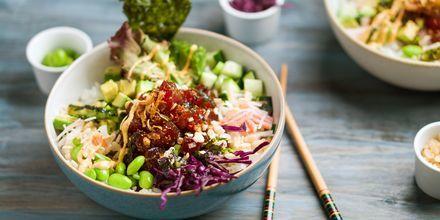 Pokebowl med fersk fisk og grønnsaker.