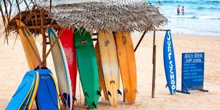 Surferne trives i Hikkaduwa, sør på Sri Lanka
