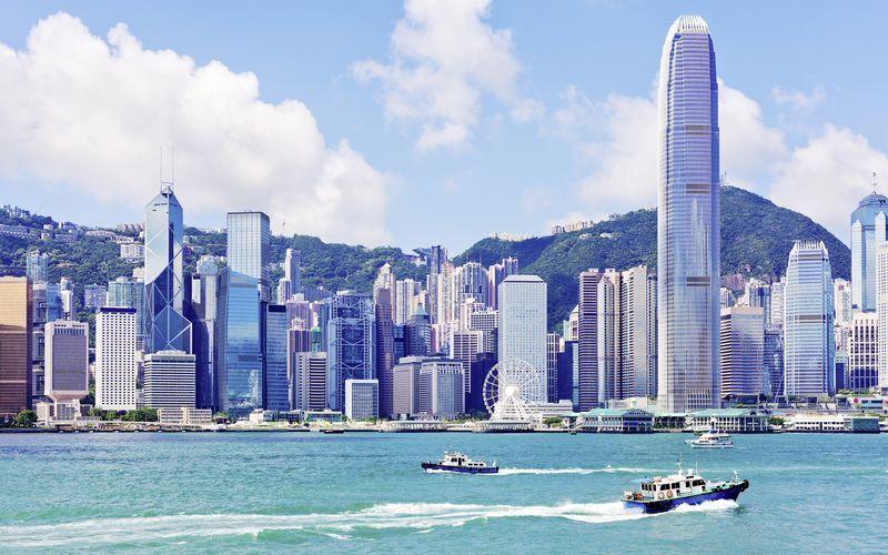 Hong Kong sett fra vannet. Byens karakter preges av skyskrapere.