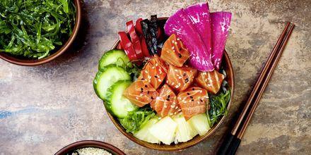 Et vanlig måltid i Honolulu er en såkalt poké bowl. Her er det en med tang, vannmelon, reddik, agurk, ananas og laks.