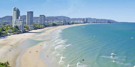 Stranden i Hua Hin er langgrunn og det forekommer høye bølger og strømmer