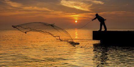 En fisker kaster ut garnet