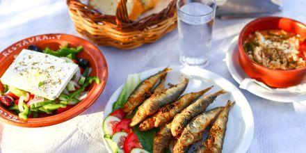 En av kveldene er det gresk aften med lokal mat og underholdning