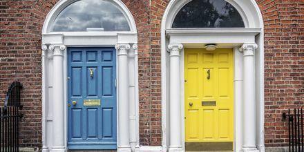 Fargerike husdører i Dublin.
