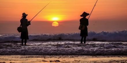 Fiskere i solnedgang i Jimbaran