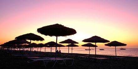 Solnedgang over strand Kamari