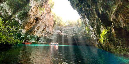 Utflukt til Mellisanisjøen i den Blå grotten på Kefalonia i Hellas.