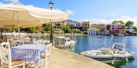 Strandpromenaden i Assos er omringet av hyggelige tavernaer og kaféer.