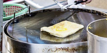Roti, den tynne og sprø pannekaken som ofte fylles med banan og serveres med kondensert melk.