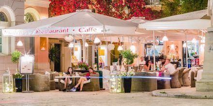 Ett av de hyggelige spisestedene i Korfu by