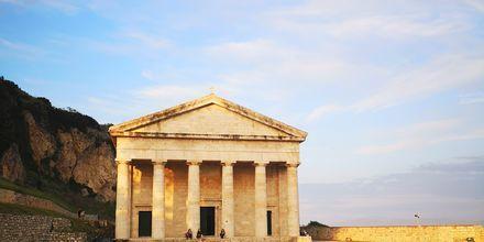 Ved det gamle fortet i Korfu by ligger den vakre kirken Agios Georgios