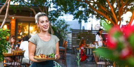 Deilig mat i restaurantene langs havnepromenaden i Agios Nikolaos på Kreta