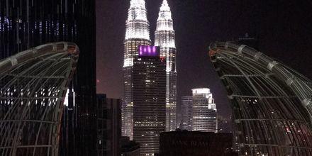 Petronas Towers i Kuala Lumpur. Sett fra takterrasse-baren Helipad Bar. Helikopterplattform på dagen, bar om kvelden.