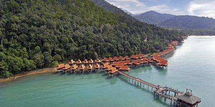Bo på påler i det turkise vannet eller dypt inni regnskogen her på Berjaya Langkawi Resort.