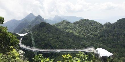 Vandre i fjelltoppene på hengebroa Skybridge på Langkawi.