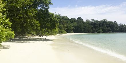 Dra ut på en av de 99 øyene og finn din egen, uberørte strand på Langkawi.