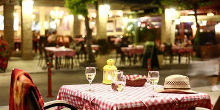 En av restaurantene på strandpromenaden i Nidri