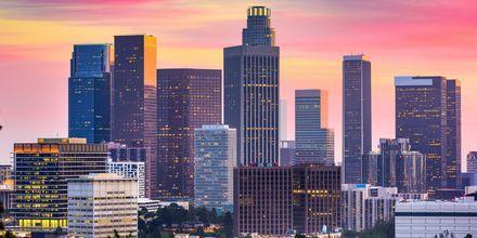 I Los Angeles blandes skyskrapere med sandstrand.