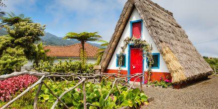 Tradisjonelle hus i Santa Cruz på Madeira i Portugal.