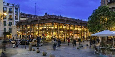 Matmarkedet Mercado de San Miguel er et livlig sted med mye god mat.