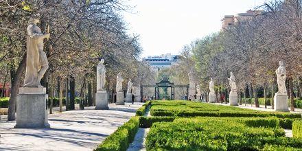 Passasjen Passeo de las Estatuas er fylt med statuer av tidligere konger og ligger i Retiro Park.