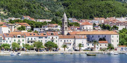 Makarska er en av mange pittoreske byer langs kysten