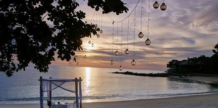 Vakker solnedgang på stranda på Langkawi.