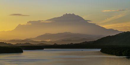 Malaysias høyeste fjell, Mount Kinabalu, strekker seg hele 4 095 meter over havet. Fjellet ligger på Borneo i Øst-Malaysia.