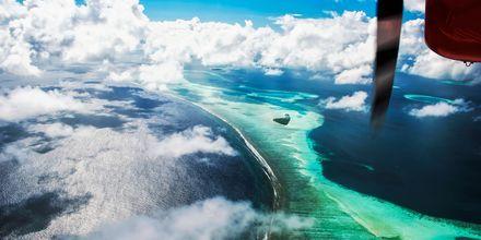 Å fly inn, over Maldivene er en mektig følelse – med alle sine småøyer som popper opp fra havet.