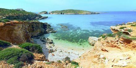Turkist vann ved den blå lagunen på Malta – ved øya Comino.