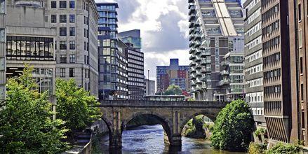 Elven Irwell renner gjennom Manchester og omkranses av moderne leiligheter.