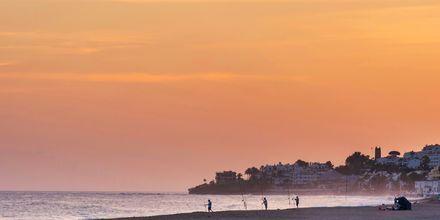 Strand i solnedgang i Marbella, Spania.