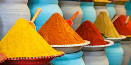 Fargesterkt krydder i basarene i Marrakech