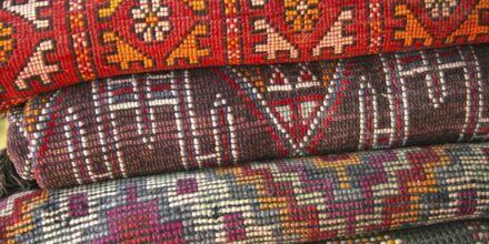 Vakre tepper kan kjøpes på markedet i Marrakech i Marokko